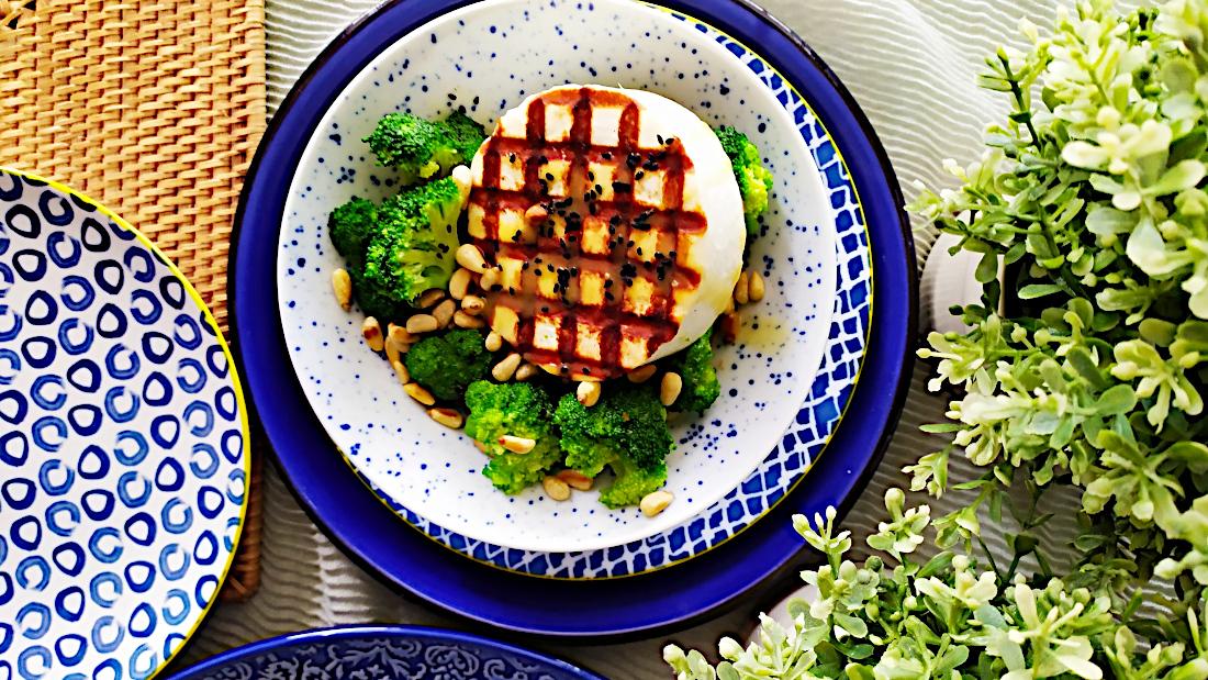 Σαλάτα μπρόκολο με μανούρι, κουκουνάρι και βινεγκρέτ πορτοκαλιού
